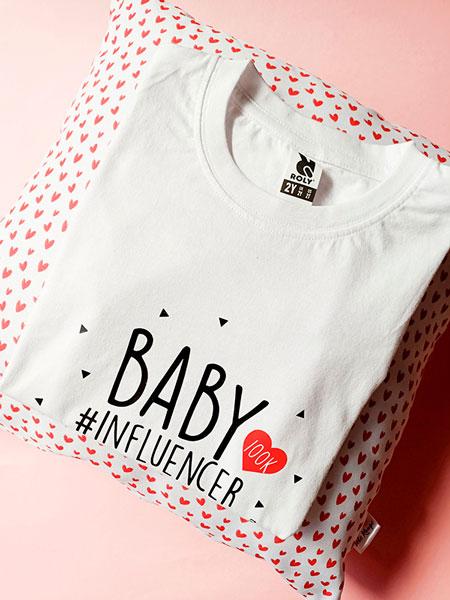 detalle camiseta blanca baby influencer. Tete Rouge