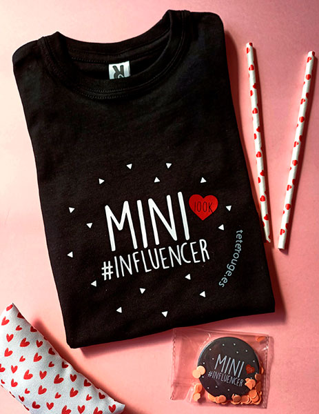 Detalle de la camiseta negra mini influencer. Tete rouge